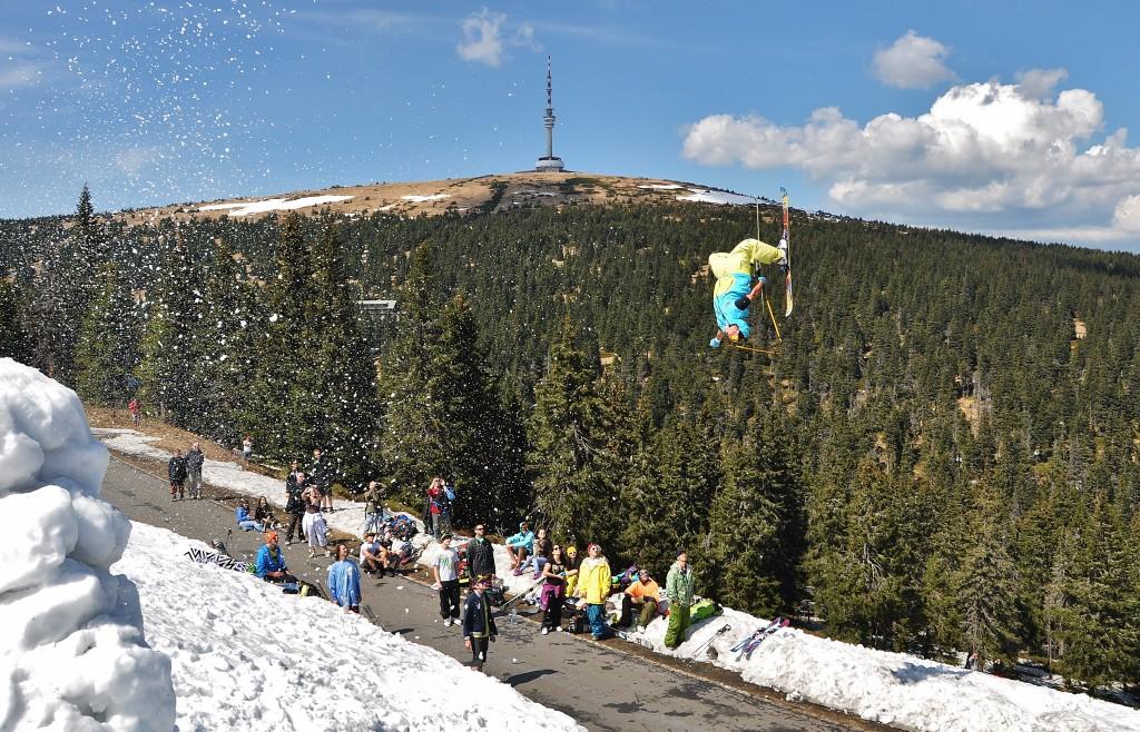 Když už v údolí dávno vládne jaro, na Pradědu se ještě lyžuje.