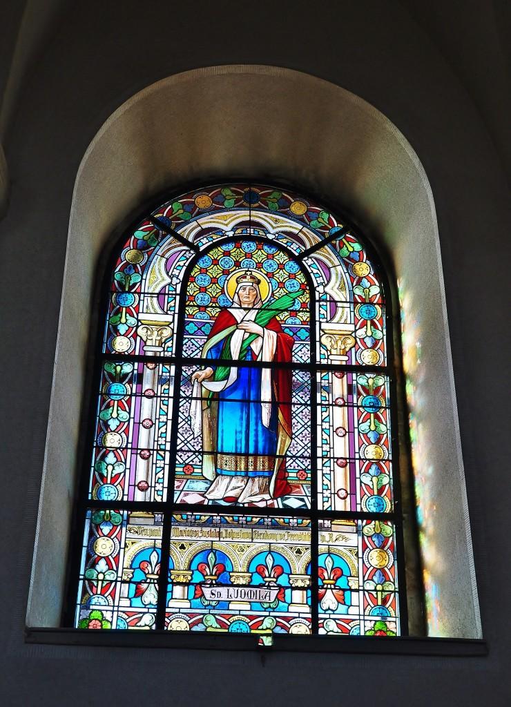 Vitrážové okno v kapli Cyrila a Metoděje na Radhošti.