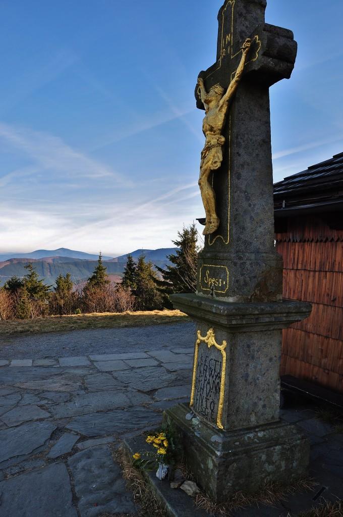 Kamenný kříž před kaplí na Radhošti.