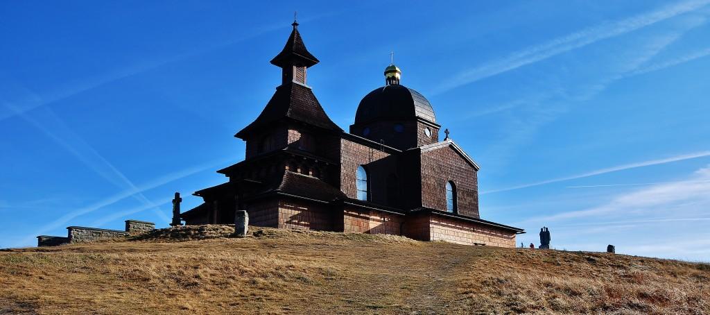 Kaple na Radhošti. Tady podle legend vztyčili Cyril s Metodějem kříž jako symbol křesťanství.