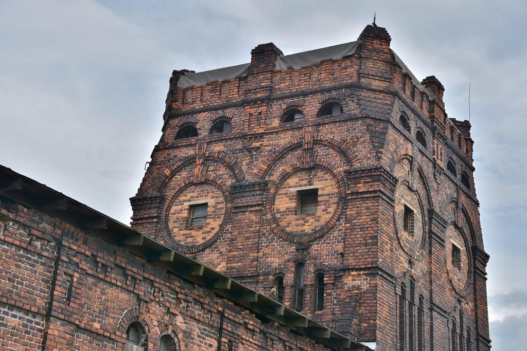 Jako věž nějaké španělské pevnosti vypadá nejvyšší budova jatek.