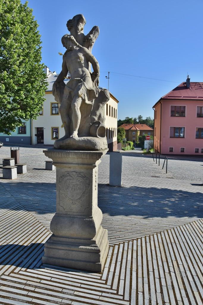 Barokní socha na náměstí.