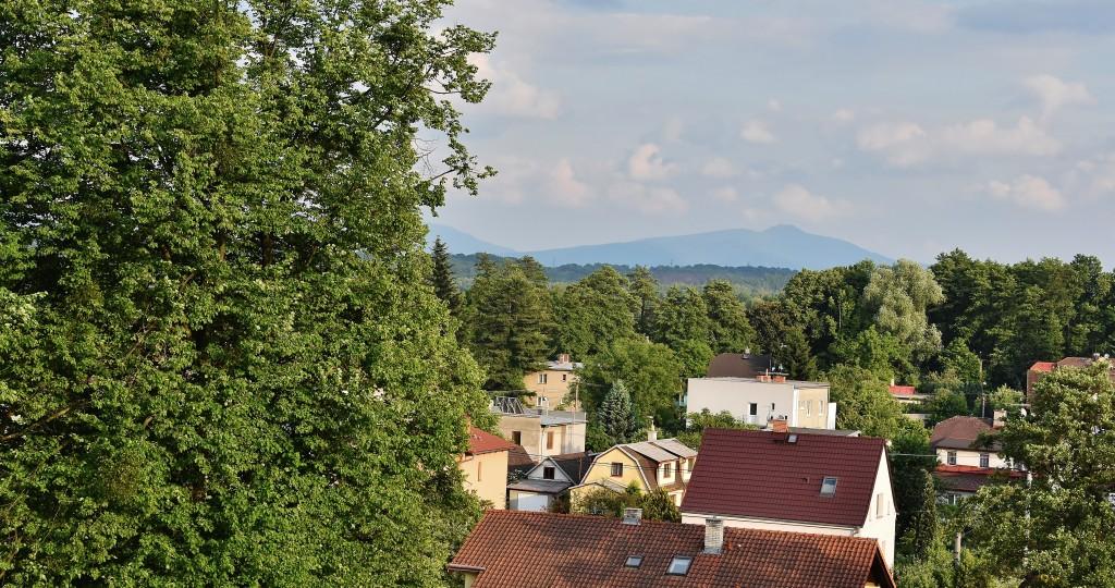 Výhled na Beskydy. V dálce je poznat Lysá hora.