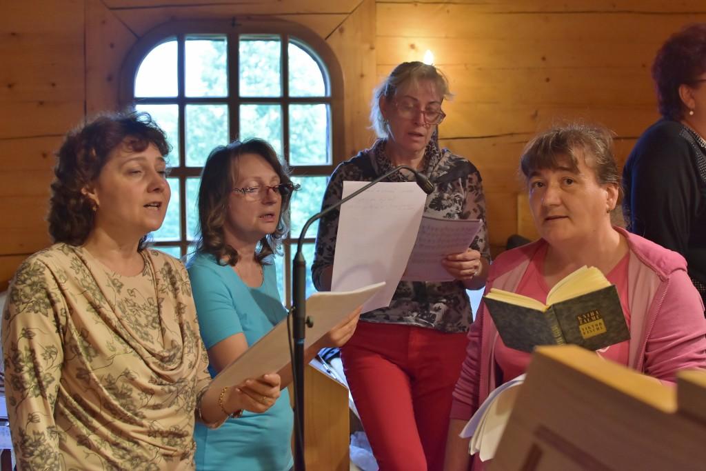 Chvály, žalmy a zpěvy se nesly dřevěným kostelíkem.