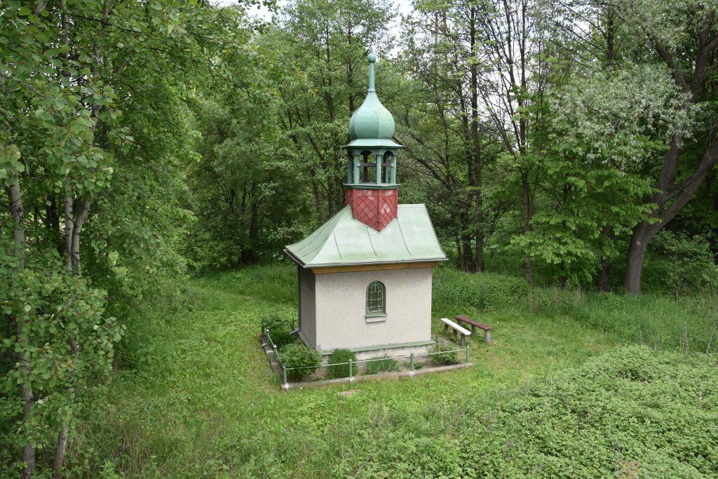 Kaple pod čtyřproudovkou v Ostravě-Hrabové.