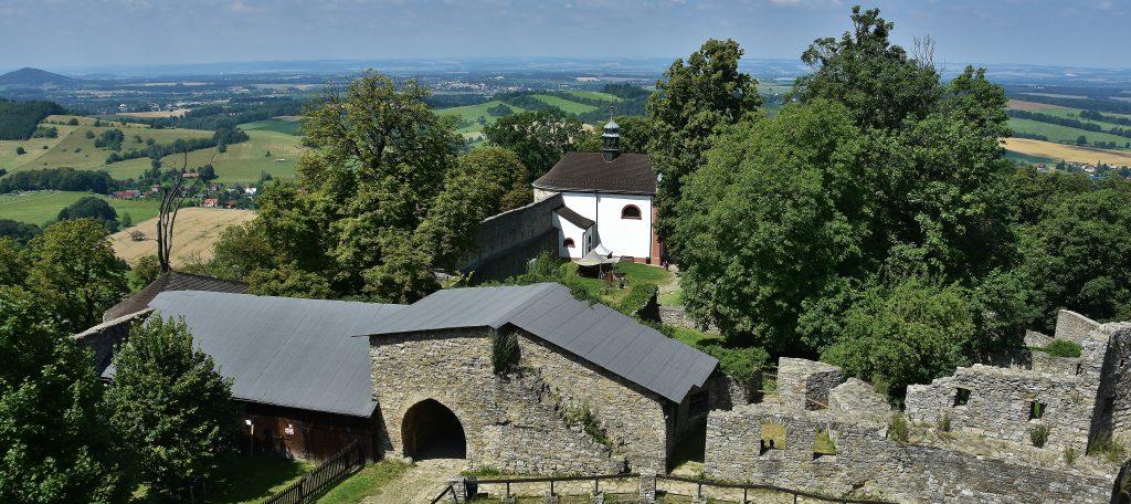 Z hradu je výhled až k Ostravě, tedy k městu, které pod správu Hukvaldského panství patřilo.