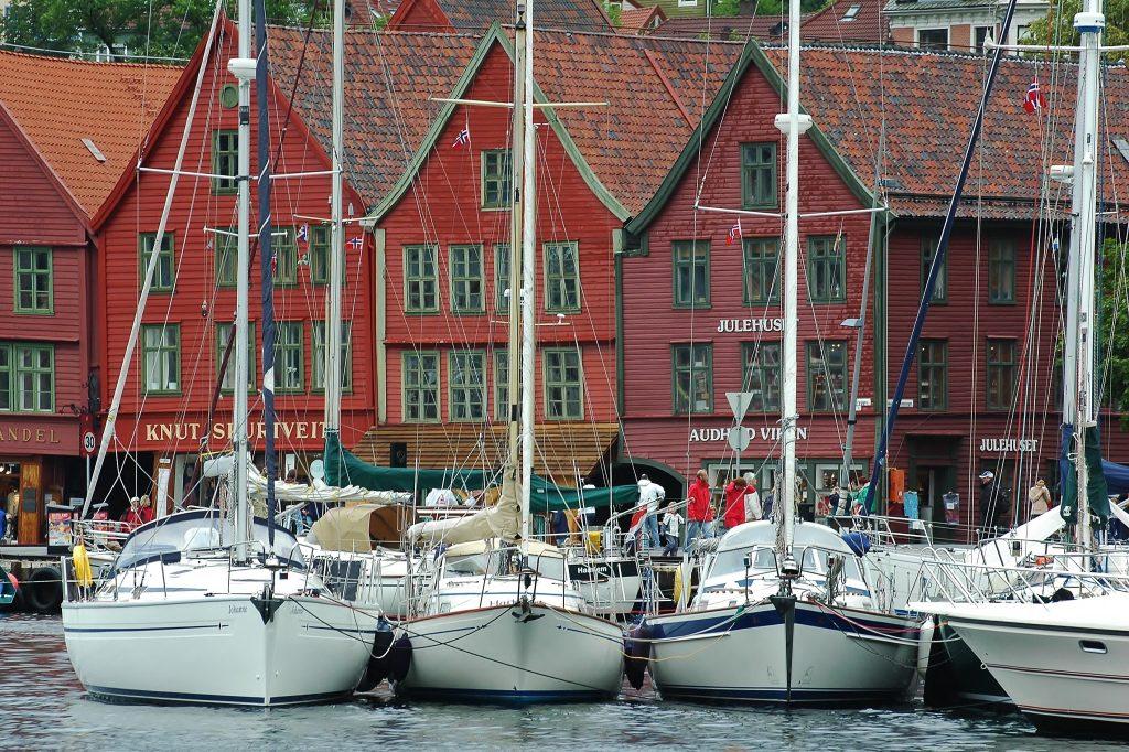 Staré harcovní město Bergen. Město, kde je vyhlášený rybí trh. A město, kde furt prší.