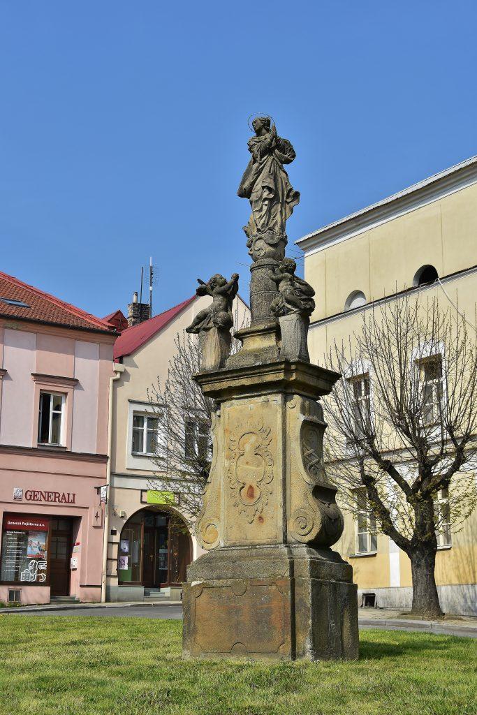 V rohu náměstí v Odrách stojí socha Panny Marie.