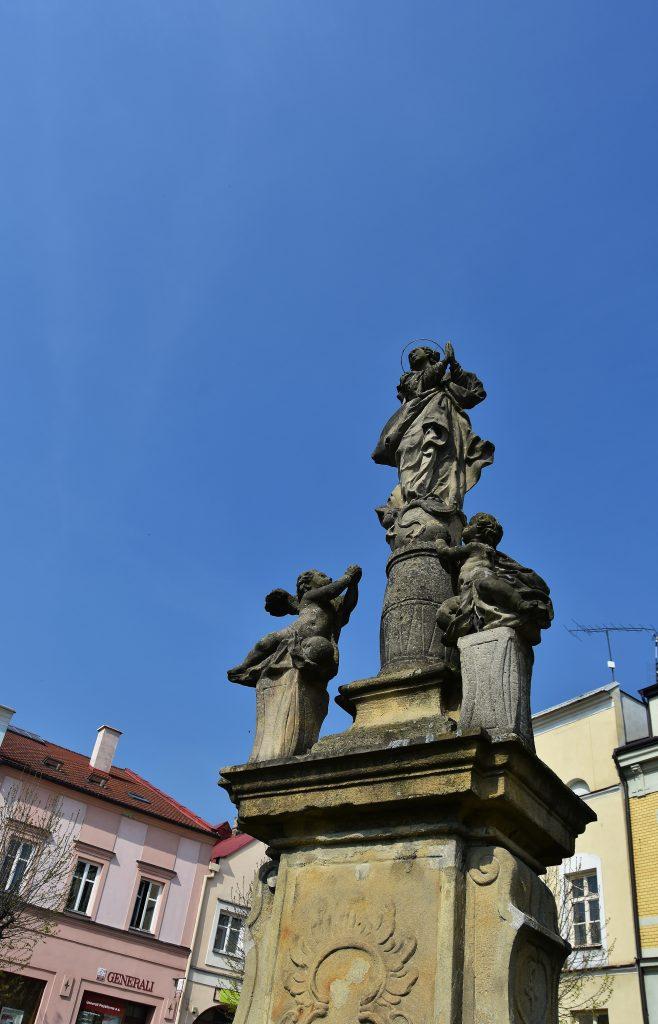 Socha Panny Marie v Odrách stávala na jiném místě. Dnes ji najdete na místním náměstí. Pro její podstavec posloužil bývalý pranýř.