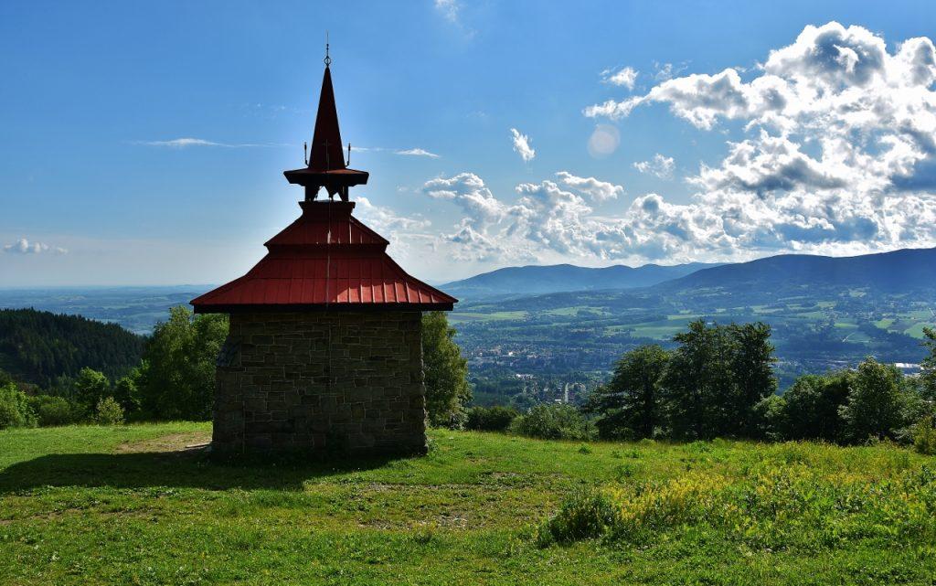 Kaple svatého Antonína Paduánského na Ondřejníku. Prý odtud vede tajná chodba, kterou zbojník Ondráš prchal až k Lysé hoře.