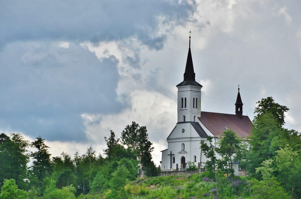 Nad Malenovicemi se tyčí kostel. Stojí na vrcholku kopce Borová.