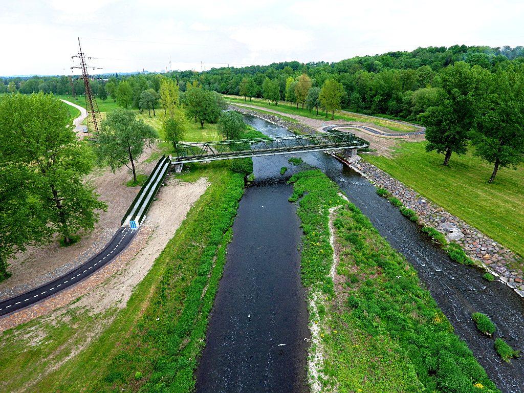 A takto vidí novou lávku přes Ostravici racci nad řekou. Foto nepořídil racek chechtavý, ale dron Milana Slívy.