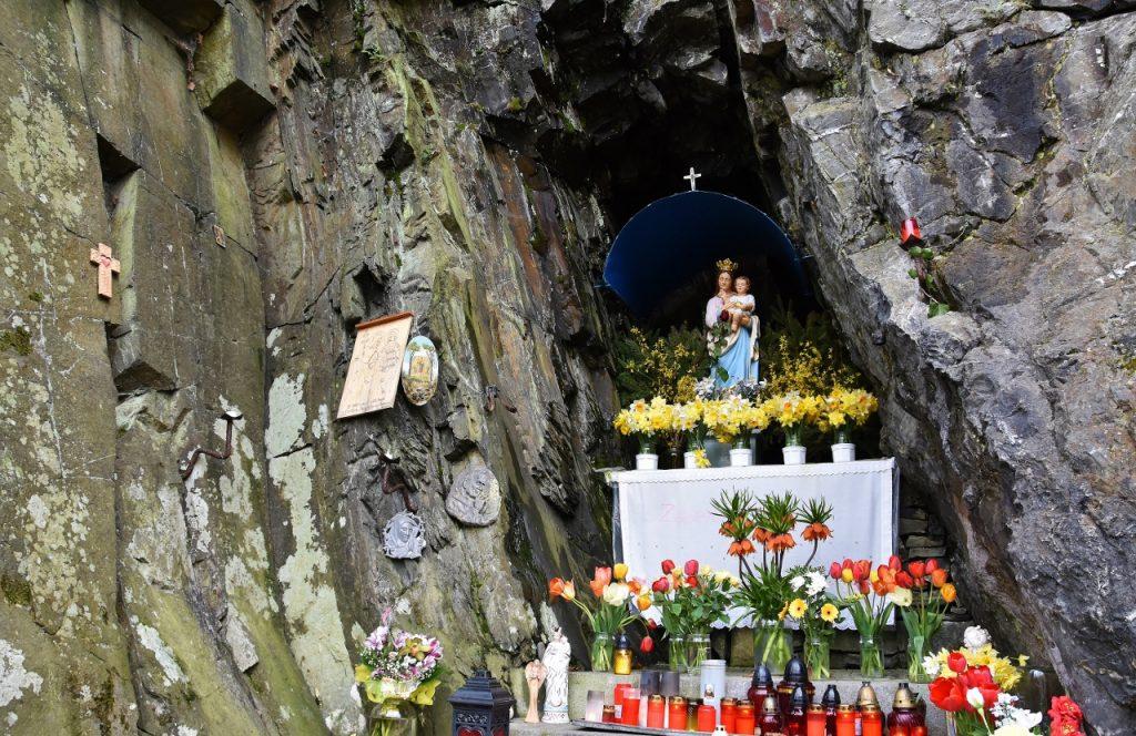 Panna Maria ve skalách.