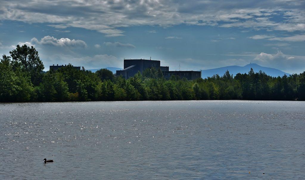 Poslední hrabovský rybník. Na něm kačenka, za ním šachta a za ní Lysá hora.