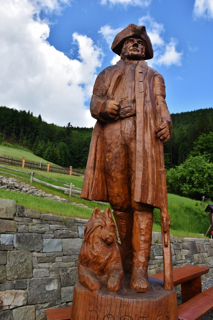 Portáši chránili hranici českého království před pašeráky z Uher. Dnes zdřevěněli - jsou z nich dřevěného sochy.