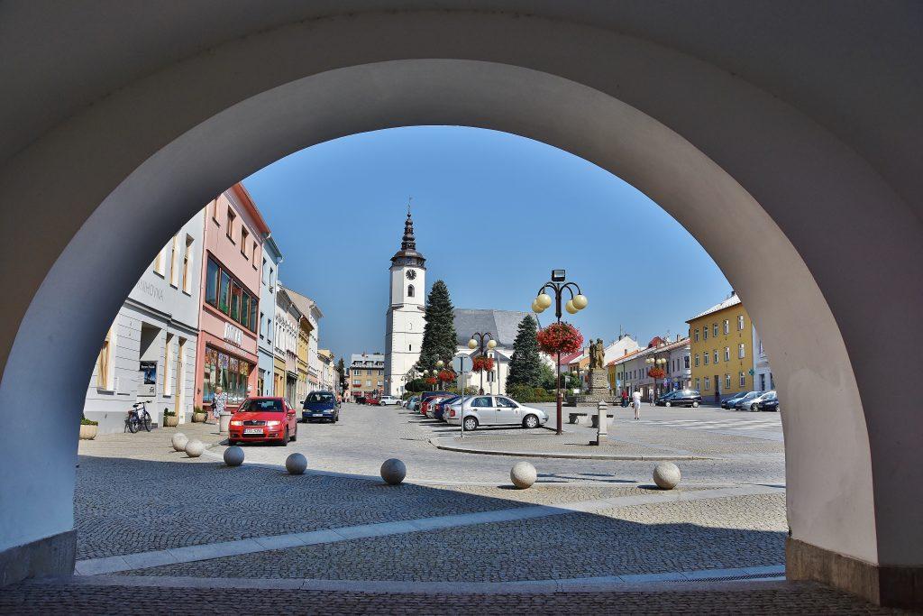Pohled na náměstí Bílovce od místní radnice.