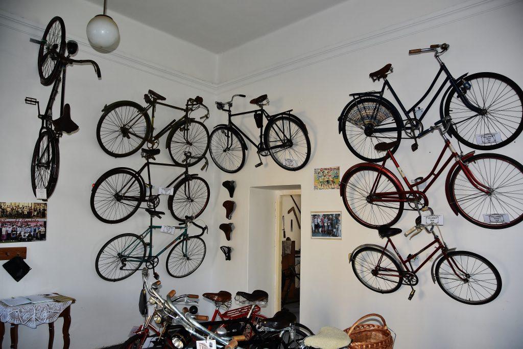 Stará kola nepatří do šrotu. Stará kola patří na cesty a cyklostezky. Nebo na výstavu velocipédů.