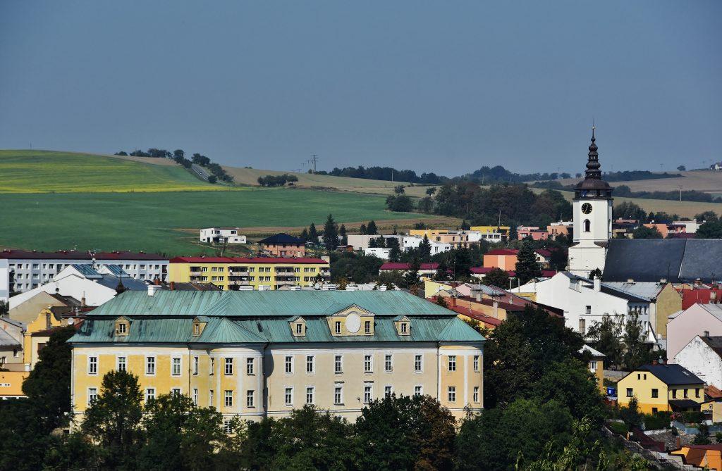 Pohled na Bílovec z okolních kopců. Zámek a kostel tvoří dominantu města.