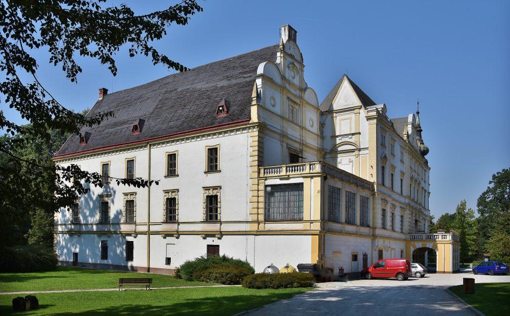 Zámek v Bartošovicích je místem pro romantický výlet.