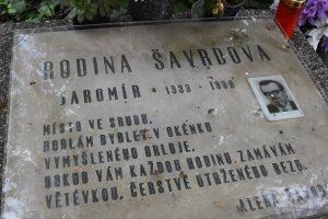 Jaromír Šavrda leží na hřbitově v Ostravě-Hrabové. Ovšem nikoliv u dřevěného kostelíku, kde je historický hřbitůvek.