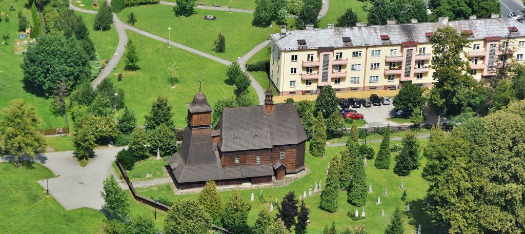Letecký snímek na dominantu Ostravy-Hrabové - dřevěný kostelík. I tady sice najdete hřbitůvek, nicméně Jaromír Šavrda odpočívá na hřbitově v jiné části této městské čtvrti.