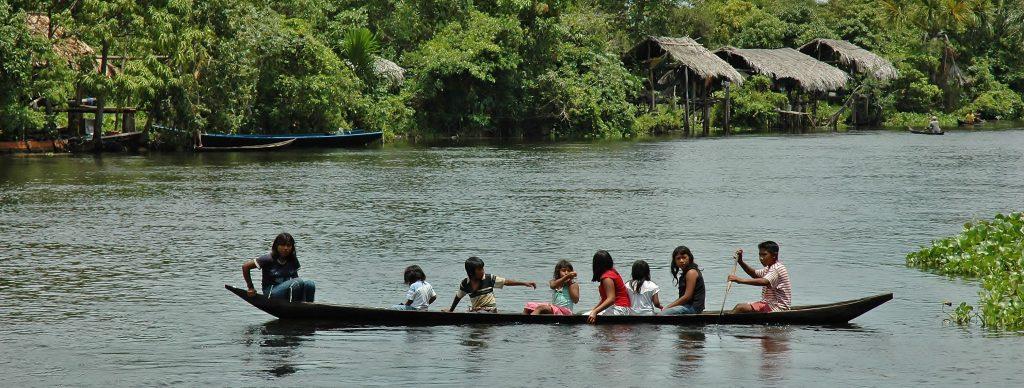 Děti se vracejí ze školy, aneb školní loďobus.