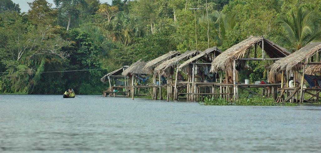 Na kůlech stojí domy indiánů Warao na řece Orinoku. Je to k nevíře, ale uvnitř uvidíte pračky, ledničky i televizory.