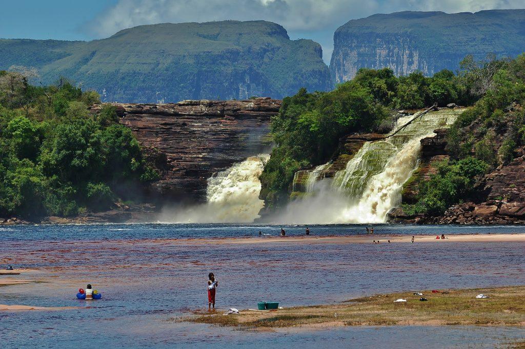Voda z hor se valí vodopádem v parku Canaima. Pod vodopádem se tok rozlévá do šíře a voda ztrácí svou sílu. Domorodci sem chodí prát prádlo.