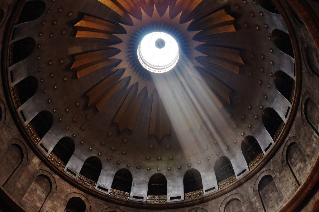 Takto prosvítá chrámem Božího hrobu. Neskutečný zážitek.