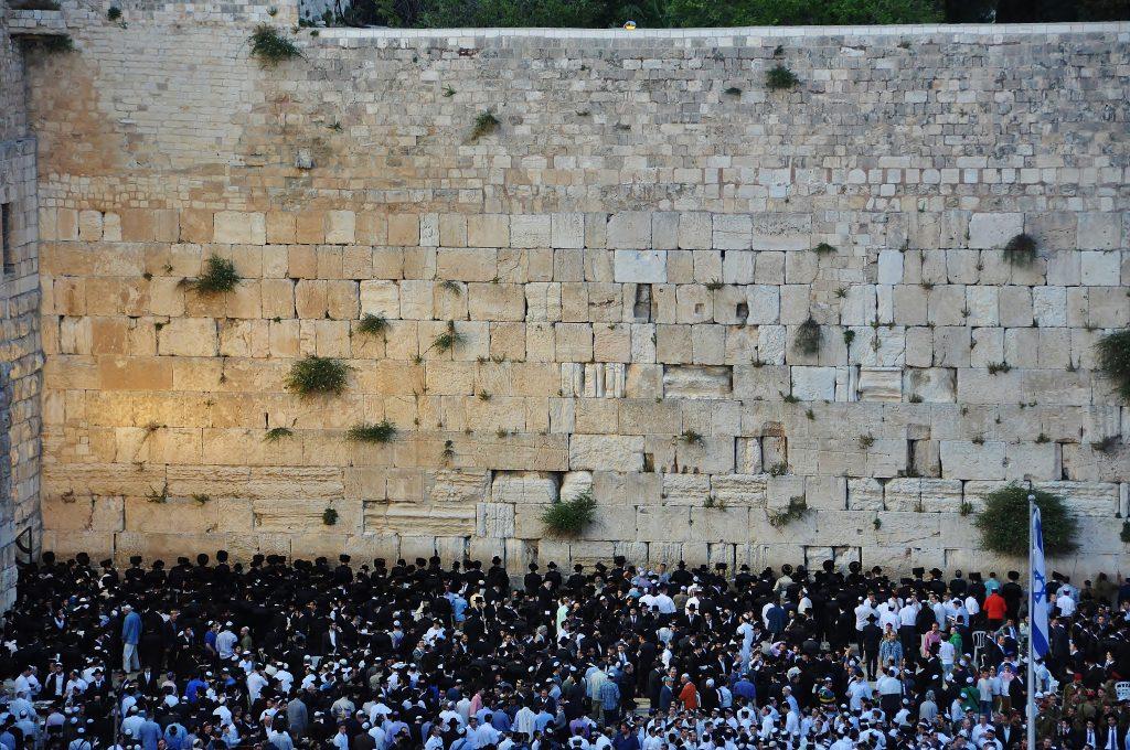 Jak obrovský musel být chrám, z něhož zůstala tato zeď? Zeď nářků. Kameny, které tvoří základy a jsou v podzemí přístupné, jsou tak obrovské, že mají rozměry autobusu...