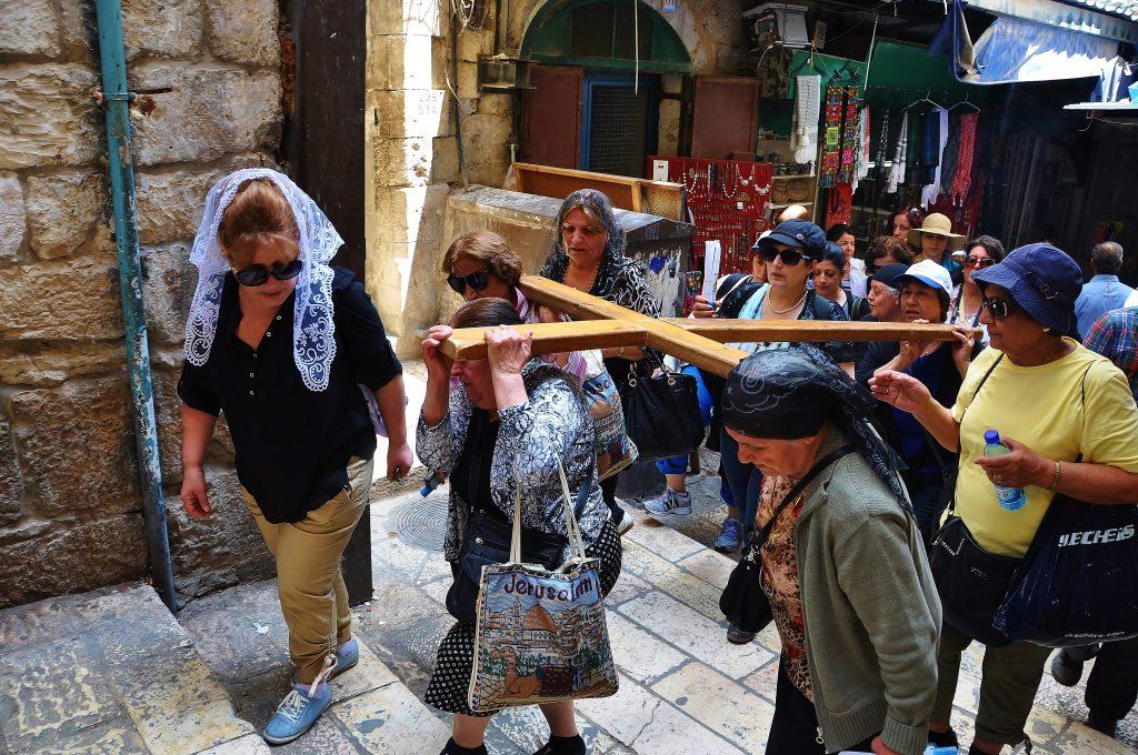 Poutníci z celého světa si přijíždějí připomenout poslední cestu Ježíše na Golgotu.