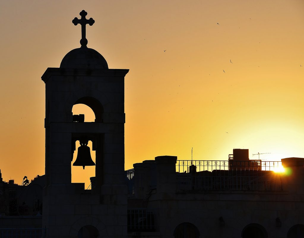 Ráno v Jeruzalémě. Ptáci vítají slunce, z kostelů a mešit zní modlitby.