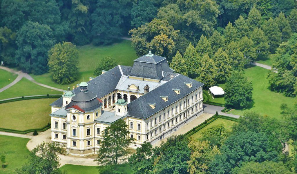 Letecký snímek na zámek Kravaře. Shora vypadá zámek jako dobře nazdobený dort...