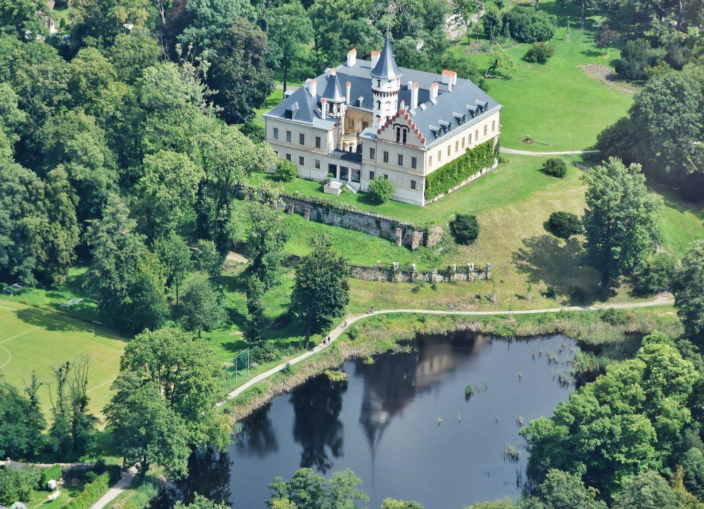 Snad každý, kdo někdy fotil zámek Raduň, hledal místo, odkud se budova odráží v hladině rybníčku. Najít to v povětří při průletu letadlem, je vskutku frajeřina.