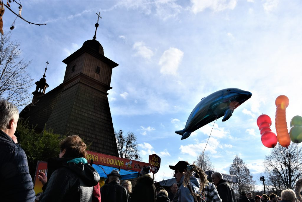 Nad Hrabovou létal delfín. Byl zřejmě nafukovací.