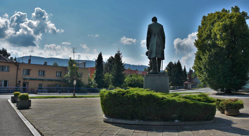 Bronzový František Palacký shlíží na předhůří Beskyd.