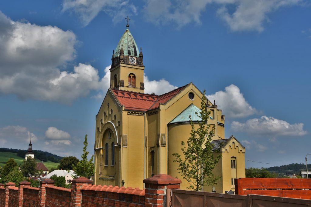 Kostel Nejsvětějšího Srdce Páně se vyjímá v Hodslavicích.