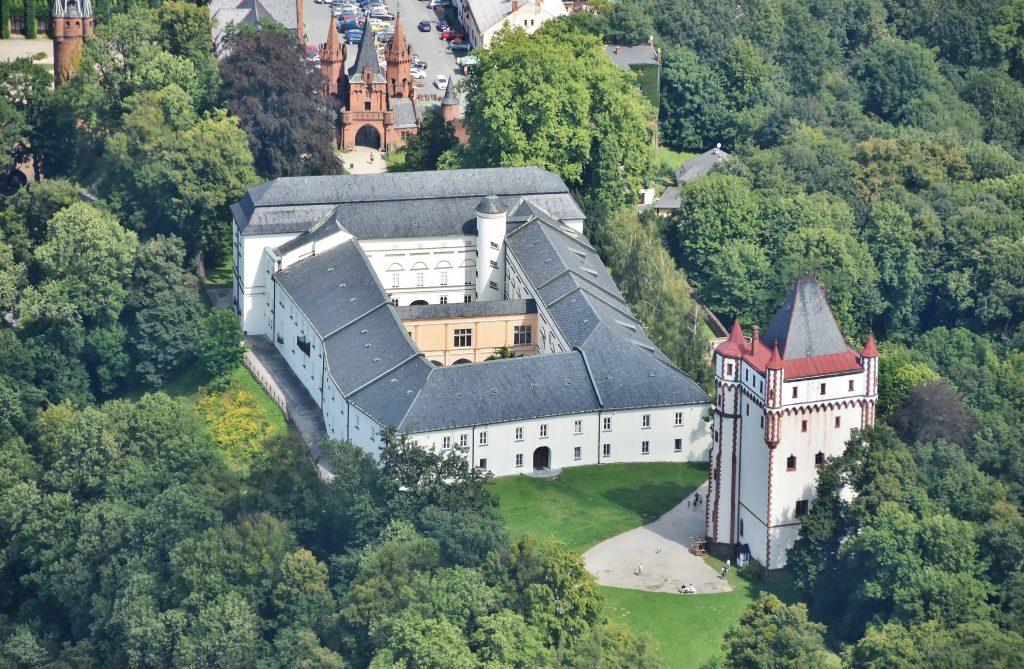 Netradiční pohled na zámek v Hradci nad Moravicí.